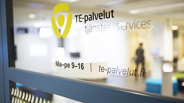 """TE-toimiston lasiovi, jossa lukee """"TE-palvelut""""."""