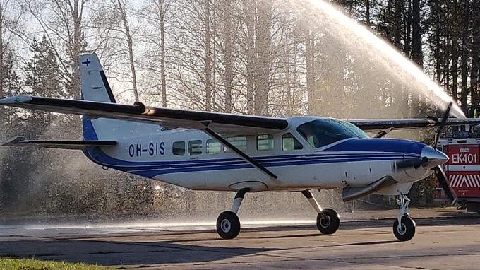 Pieni lentokone kentällä.